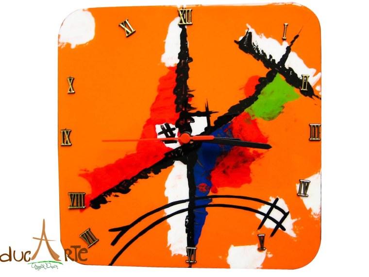 Reloj con diseño abstracto (IMG_5518) $30.000 resinado 25 cmX 25 cm 1 cm grosor