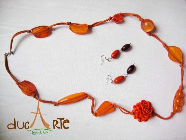 Collar en cuero con flor de cabuya y piedras naranjas